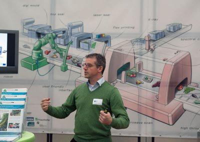 spreker tijdens IDC robotica in Demokwekerij Westland