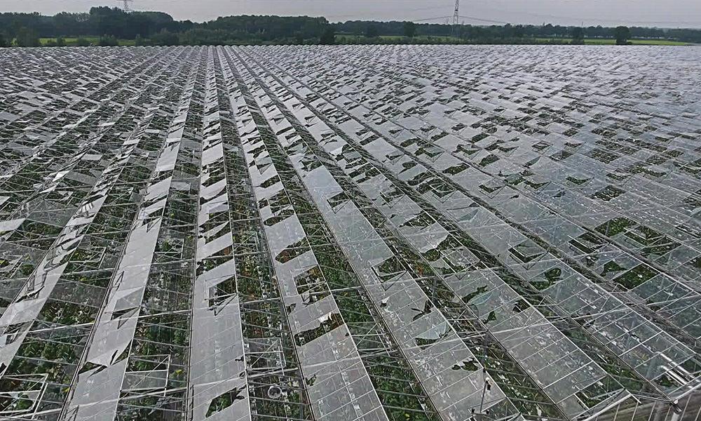 Willem Snoeker schat de schade als gevolg van het noodweer voorlopig op 70 miljoen euro en benadrukt dat alle aandacht moet gaan naar de veiligheid.