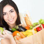 vrouw met boodschappentas met vers voedsel