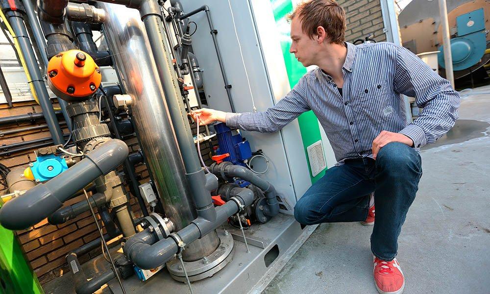 Waterzuiveringsinstallatie bij komkommerbedrijf.