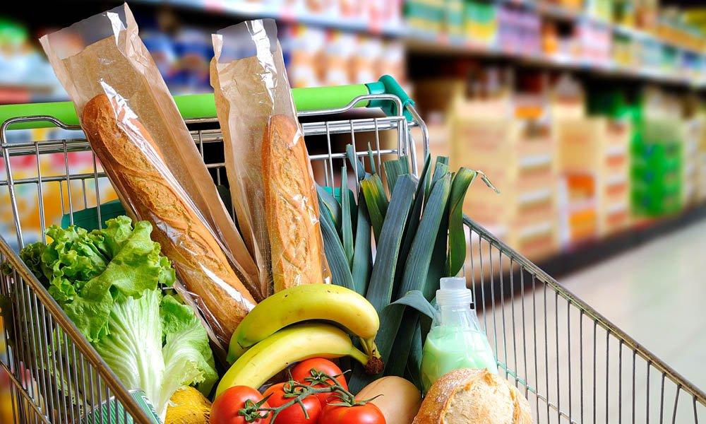winkelwagen met voedsel in supermarkt