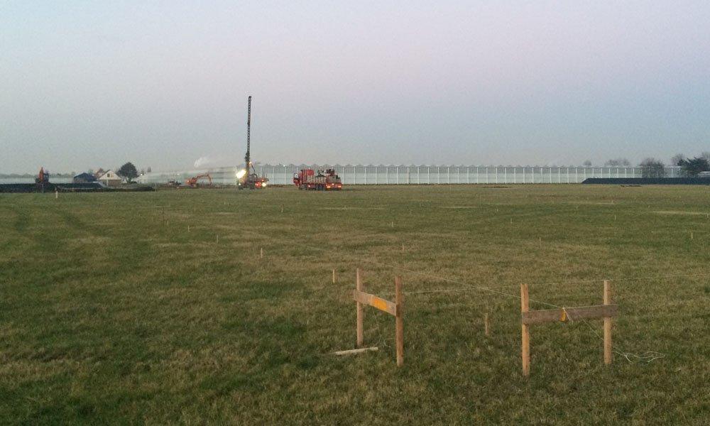 Het slaan van de eerste paal markeert de start van de bouw van de DaglichtKas bij Ter Laak Orchids door Technokas