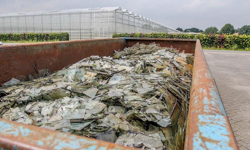 Gebroken glasplaten na de zware hagelstorm in Oost-Brabant op 23 juni 2016