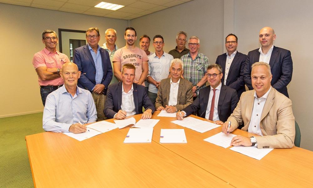 Directie en aandeelhouders van Geopower Oudcamp tekenen de financieringsovereenkomst van het geothermieproject.