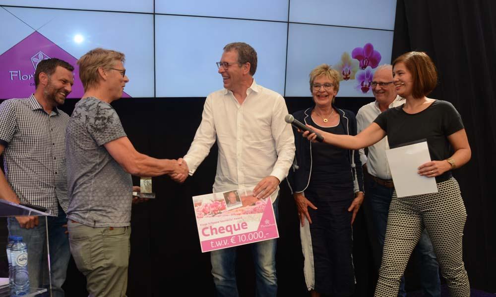 Rene Hendriks van Opti-flor ontvangt de Klaas Schoone Memorial Award 2017.
