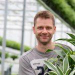 Potplantenteler Heijnen heeft een breed productscala aan groene planten op zijn bedrijf. Hij gebruikt een potgrondmengsel waar 30% houtvezel door is gemengd