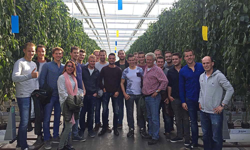 De 21 leden van Tuinbouw Jongeren Oostland (TJO) die deelnamen aan de excursie naar Engeland.