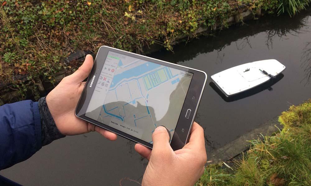 Minibootje van Platypus dat met sensors en meetapparatuur is uitgerust.