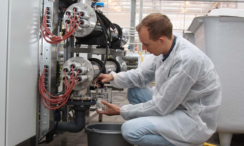 In een cross-over project is onderzoek gedaan naar de toepassing van actieve kool om lozingswater te zuiveren van resten van gewasbeschermingsmiddelen.