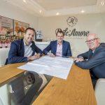 Ontwikkelingsbedrijf HOT en Gert van der Pligt tekenen de overeenkomst voor uitbreiding van Pligt Professionals.