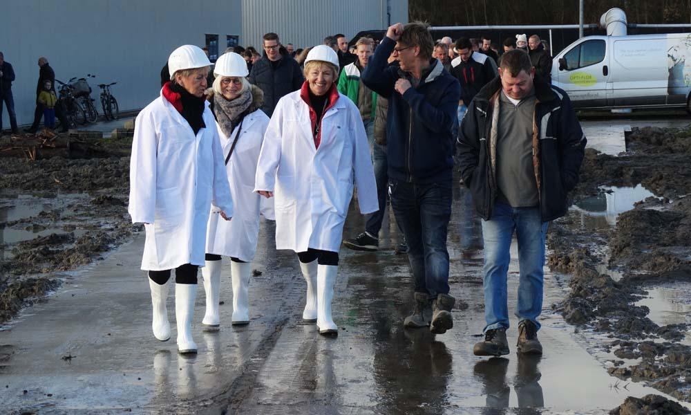 Met het slaan van de symbolisch eerste paal door de drie moeders van de eigenaren van Optiflor start Technokas zaterdag 10 februari met de uitbreiding van de kwekerij van Opti-flor.