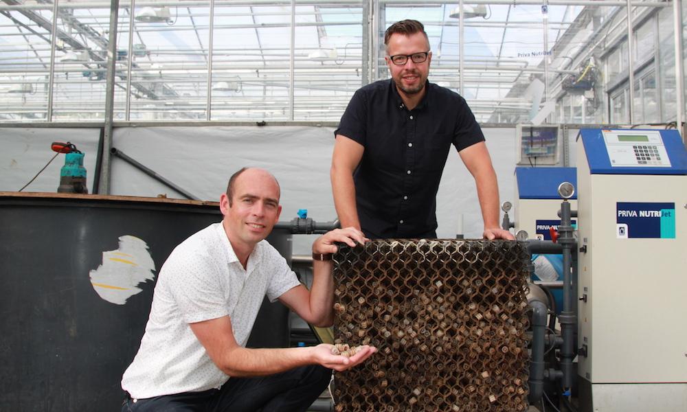 Op de foto Stefan Persoon (links) en Peter Klein van projectpartner BiotaMax bij de kleinschalige bioreactor voor nitrificatie van organisch gebonden stikstof