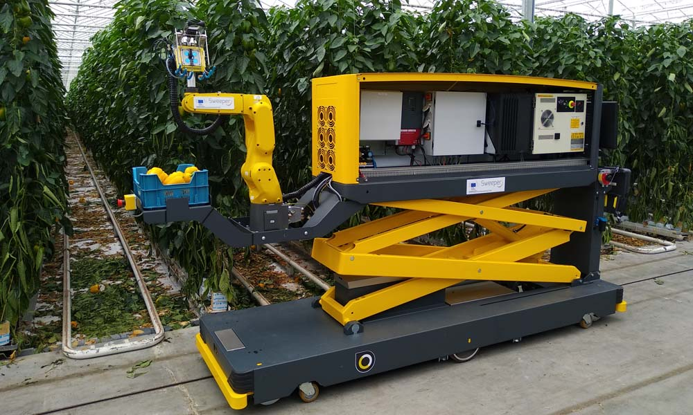The Sweeper consortium was invited to hold the first live demonstration of its new sweet pepper harvesting robot at the De Tuindershoek greenhouse horticulture firm in IJsselmuiden. The so-called 'Sweeper robot' is the world's first harvesting robot for sweet peppers to be demonstrated in a commercial greenhouse.