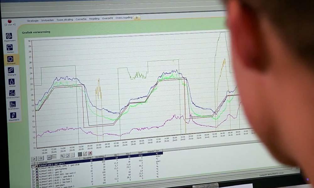 Een student bekijkt teeltgegevens tijdens de lesmodule 'Telen op afstand'.