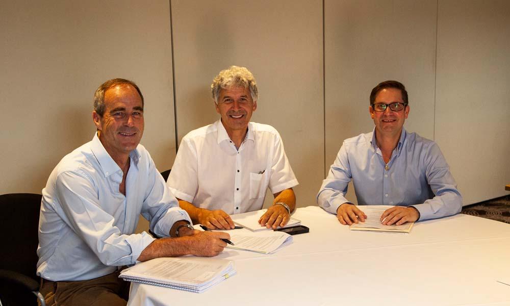 Jeff Colegrave van Floranova (links) en Michael Kester (midden) en Dominic Lacey (rechts) van Syngenta tekenen de overeenkomst voor de overname van Floranova door Syngenta.