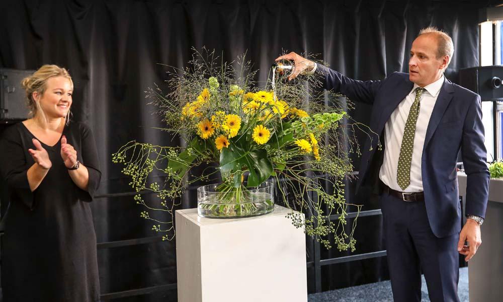 Een bijzonder moment voor de germini-telers van Colours of Nature. Woensdag 5 september oogstte en doopte Frits van Eerd, CEO van Jumbo Supermarkten, op het bedrijf van Willem en Ruud Batist in Maasdijk de eerste Jumbo Germini.
