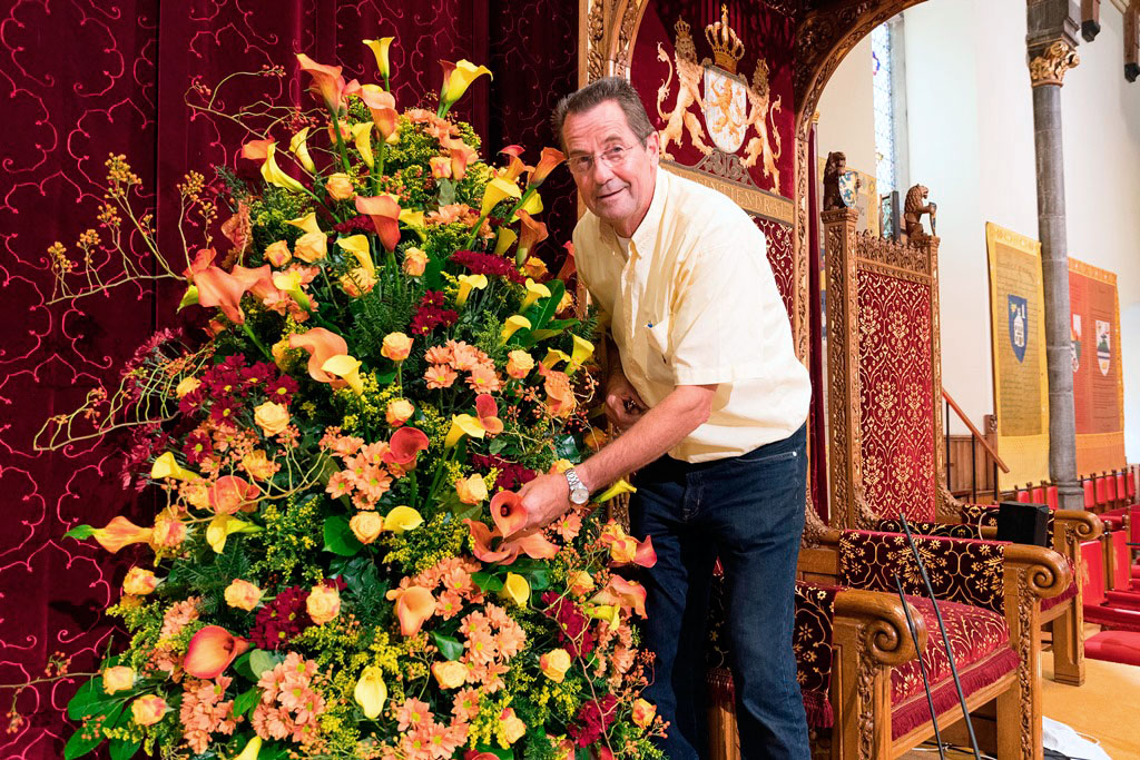 Ridderzaal met bloemen en arrangeur Ton Verzijl
