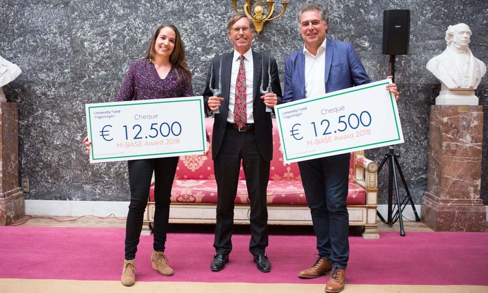 De oprichters van Kromkommer en Kipster nemen hun prijs in ontvangst.