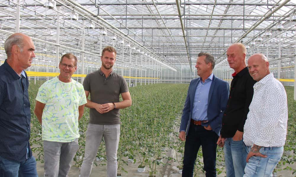 Makelaar Ruud Kouwenhoven (4e van links) bracht (v.l.n.r.) Arie Vreugdenhil, Aad van der Voort, Thijs Hermans, Lourens Vreugdenhil en John van der Voort met elkaar in contact.