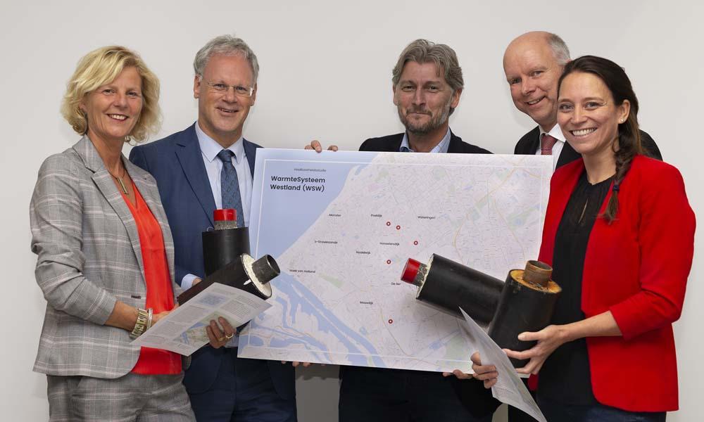 Jacco Vooijs, voorzitter van LTO Glaskracht Westland, bood de resultaten van het haalbaarheidsonderzoek aan bij wethouders Zwinkels en Varekamp van gemeente Westland en wethouders Horlings en Smit van gemeente Midden-Delfland.