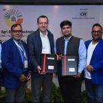 Arpit Mehra, Senior Vice President en Eric Egberts, CEO Dutch Greenhouse Delta (in het midden) ondertekenen de Memorandum of Understanding in het bijzijn van Vineet Saxena, Prof. Sharma, Desh Ramnath en de President CII van Uttar Pradesh.
