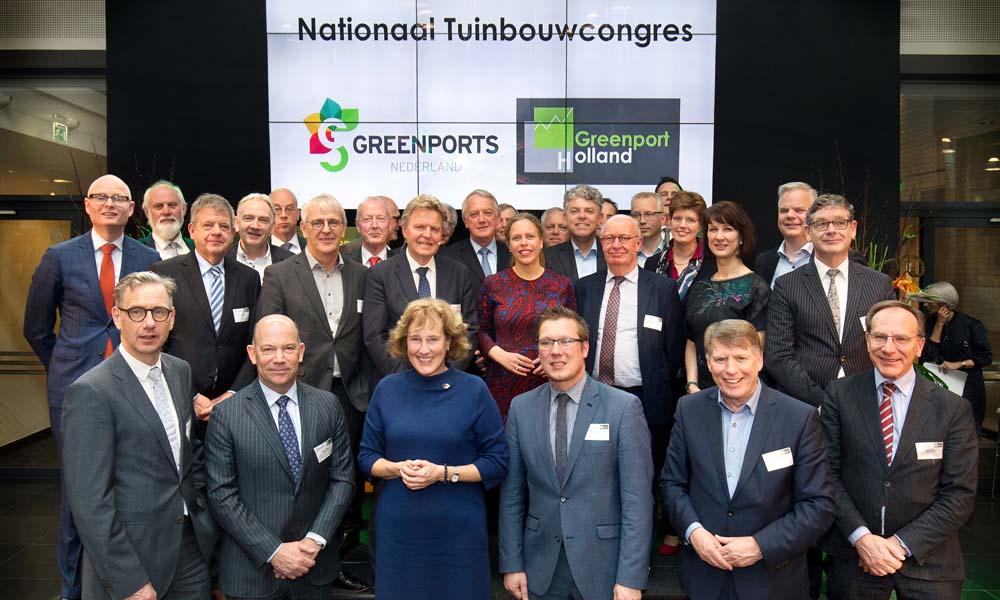 Minister Schouten van Landbouw, Natuur en Voedselkwaliteit (LNV) samen met alle ondertekenaars van het eerste Tuinbouwakkoord.