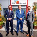 Minister Eric Wiebes van Economische Zaken en Klimaat en koning Willem-Alexander op bezoek bij de nieuwe geothermiecentrale van ECW in Andijk. Rechts ECW-directeur Robert Kielstra.