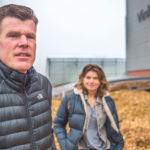 Paprikateler staat met biomassa-WKK met rug tegen de muur